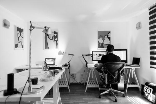 コンピュータの前に座っている男