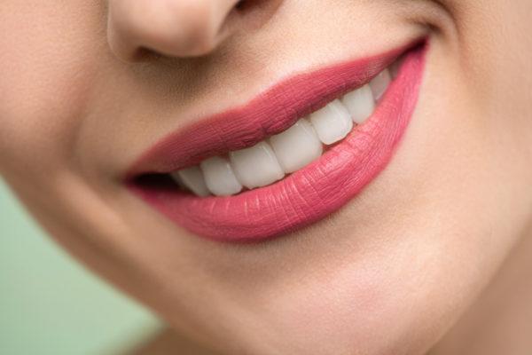 笑っている赤い口紅の女性