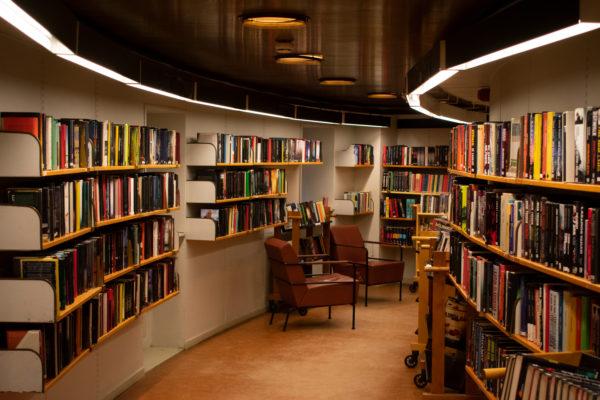本棚横の椅子