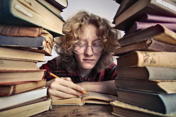 本を読んでいるメガネの人のクローズアップ写真