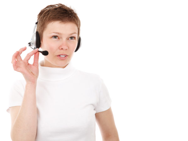 白いシャツを着たカスタマーサービスのオペレーター