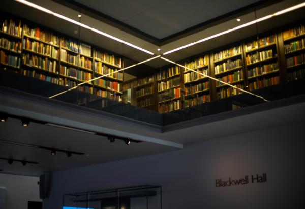 図書館の本棚の写真