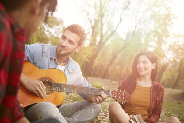 ギターを楽しんでいる友人
