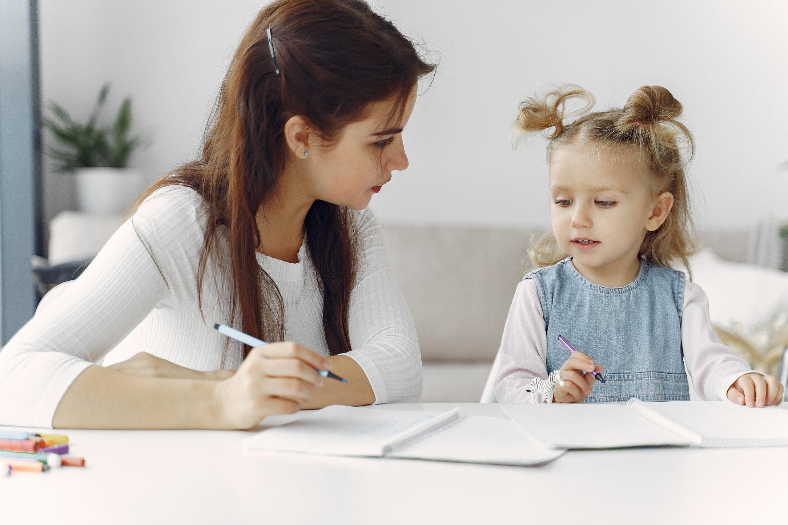 女の子に勉強を教える成人女性